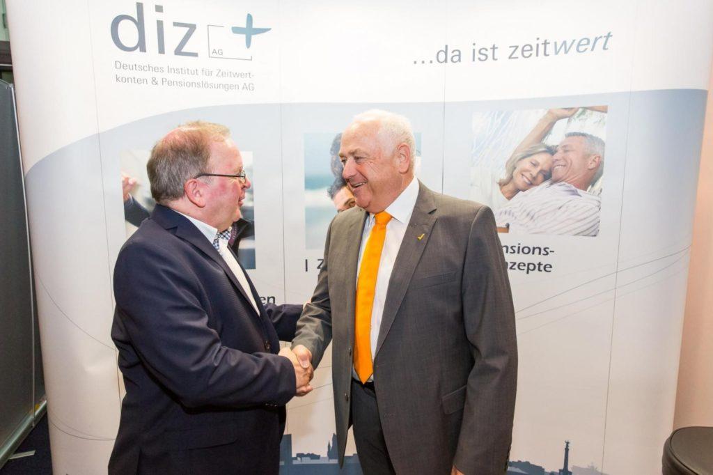 DSTV-Präsident Harald Elster (rechts) beim diz-Infostand auf dem 40. Deutschen Steuerberatertag in Berlin 2017