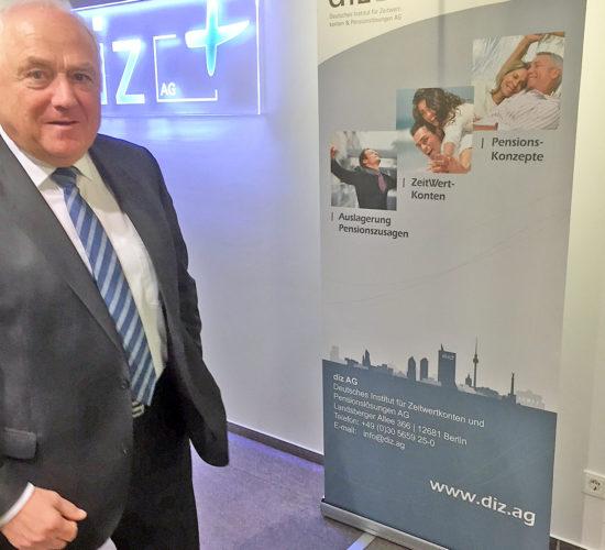 DStV-Präsident Harald Elster in der Lobby der diz AG